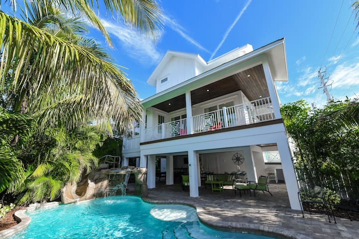 Beautiful Beach Haven! 8 bedrooms, private pool and spa, close to beach and restaurants