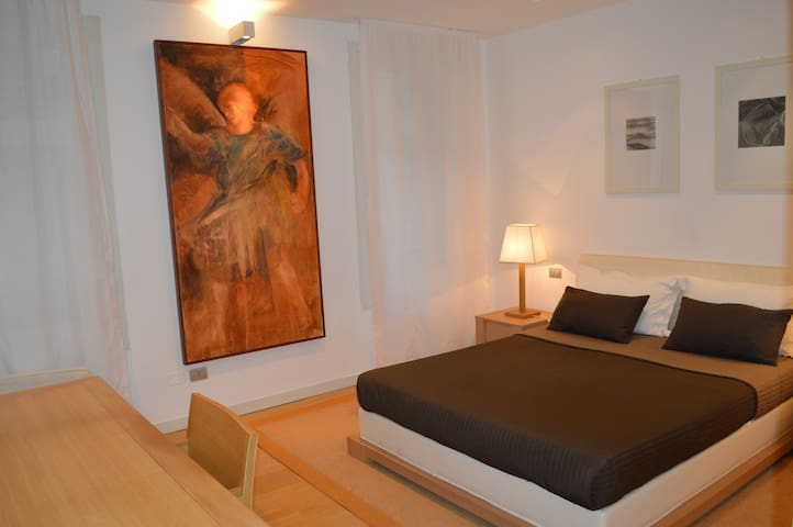 Appartamento con arredi di design