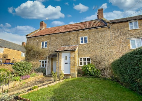 Cosy Grade II listed cottage in conservation area