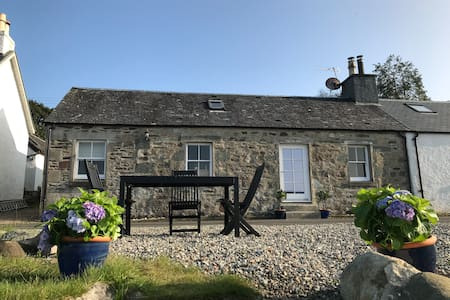 Stunning renovated fisherman's cottage, Loch Fyne