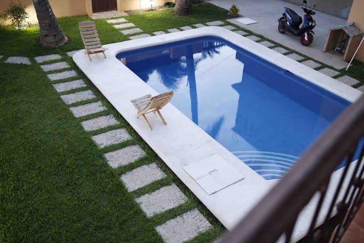La Casa De Los Abuelos 2-B: 1 queen, 1 sofa bed.