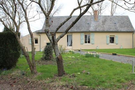 Maison de vacances avec grand jardin - Saint-Laurent-des-Mortiers - Hus