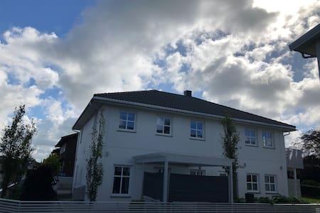 Stort og romslig hus m/ garasje,godt uteområde.