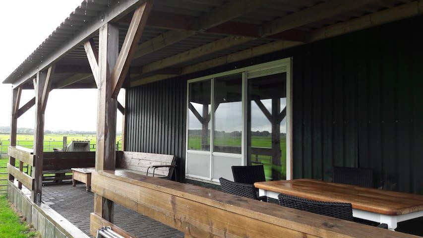 Vrijstaand zomerhuis met veranda op het zuiden