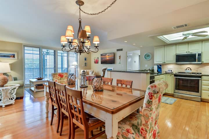 COMPASS POINT 221- BEAUTIFUL CONDO ON SANIBEL, STEPS TO THE BEACH AND EVERYTHING FOR A WEEKLY VACATION!