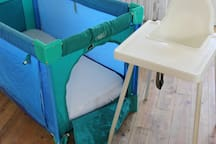 Lit et chaise bébé disponible / Crib and baby chair available