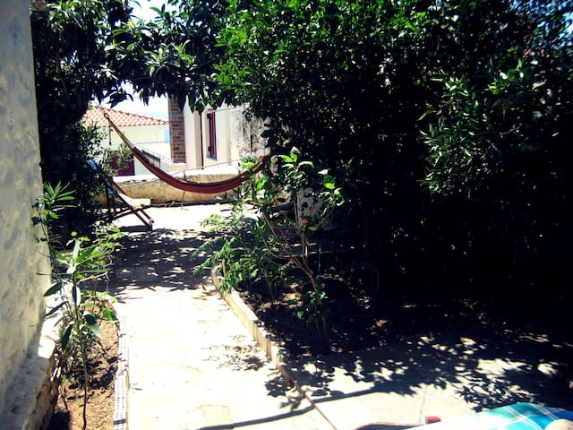 Traditional stone house with amazing sea view - Agios Kirikos - Casa