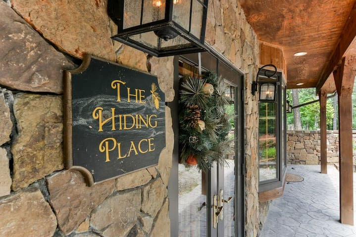 The Hiding Place - All-One-Level Carriage House Near Branson-Pool Table, Hot Tub