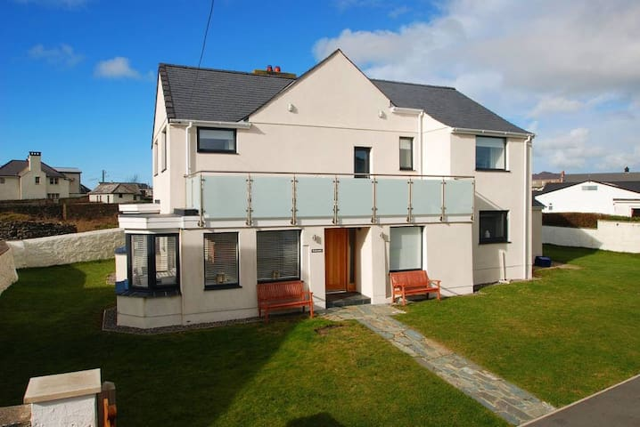 REFURBISHED 5 BED HOUSE. STONE'S THROW FROM BEACH