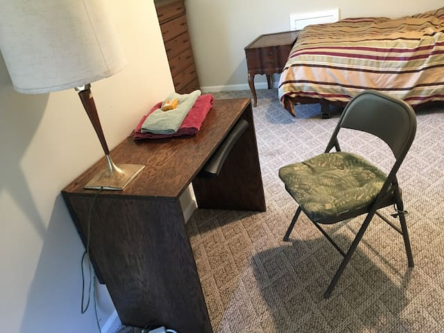 Wonderful quiet 3rd floor private short term room.