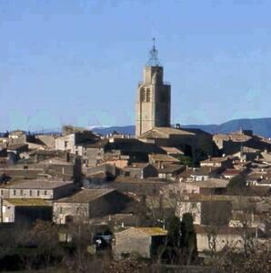Entre mer et montagne, beau village mediéval