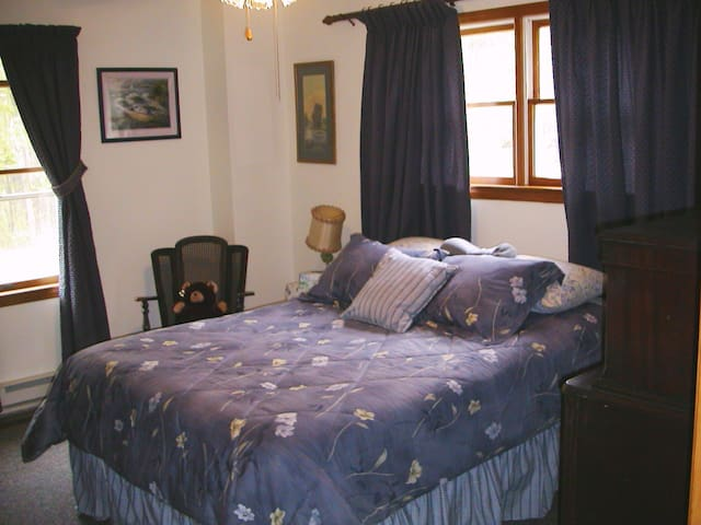 Private Room with Queen Bed - Spruce Pine