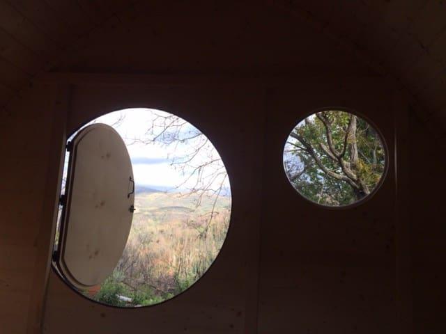 Vista interior da Casa Hobbit. Interior view of the Hobbit house.