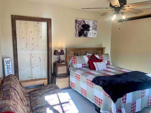 2nd Bedroom, queen bed