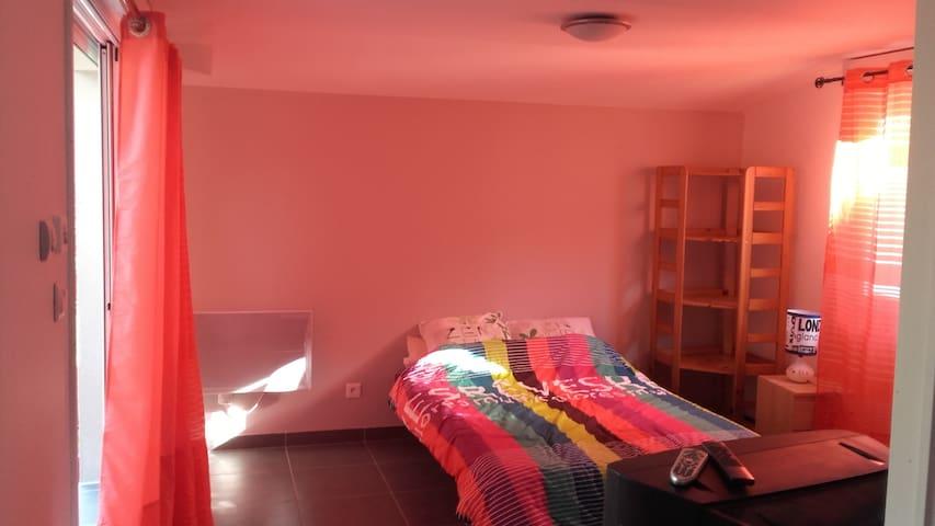 chambre lumineuse et indépendante dans la cub - Ambarès-et-Lagrave - Ev