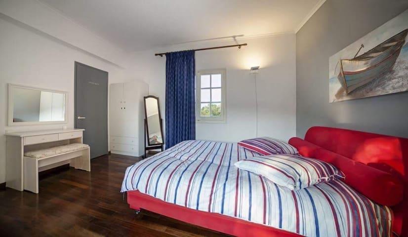Das Schlafzimmer mit direktem Zugang zum Bad