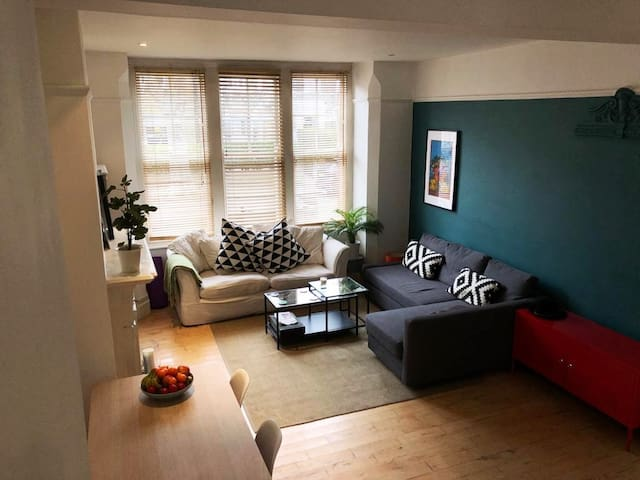 Bright double bedroom in Clapham Common