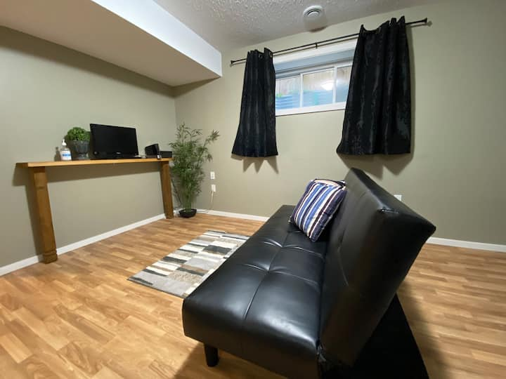 Cozy & Private Guest Basement Suite in Tamarack