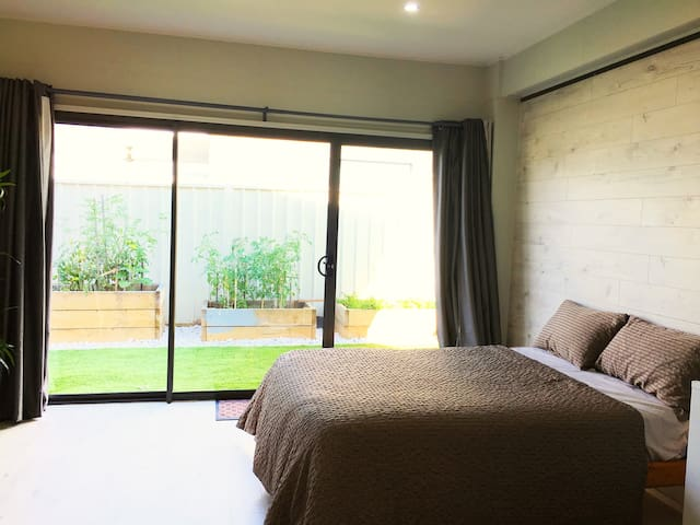 Modern ensuite bedroom close to City