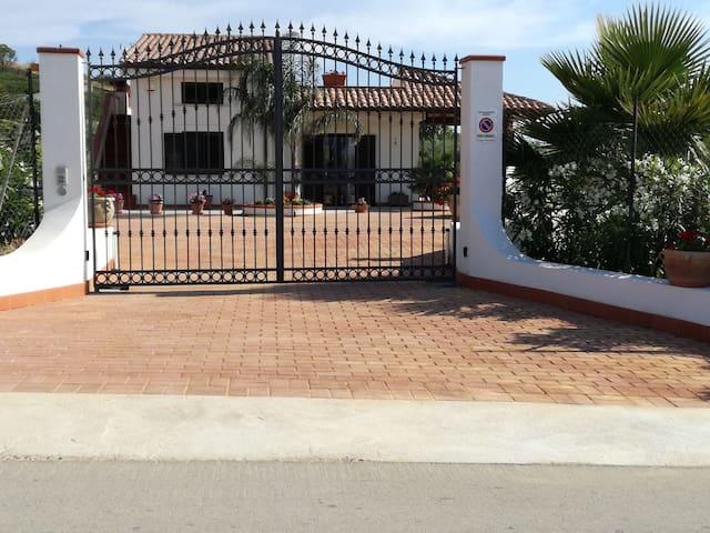 Villa Peppino, appartamento completo con veranda.