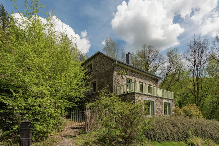Beautiful holiday home with whirlpool and sauna, situated along the woods