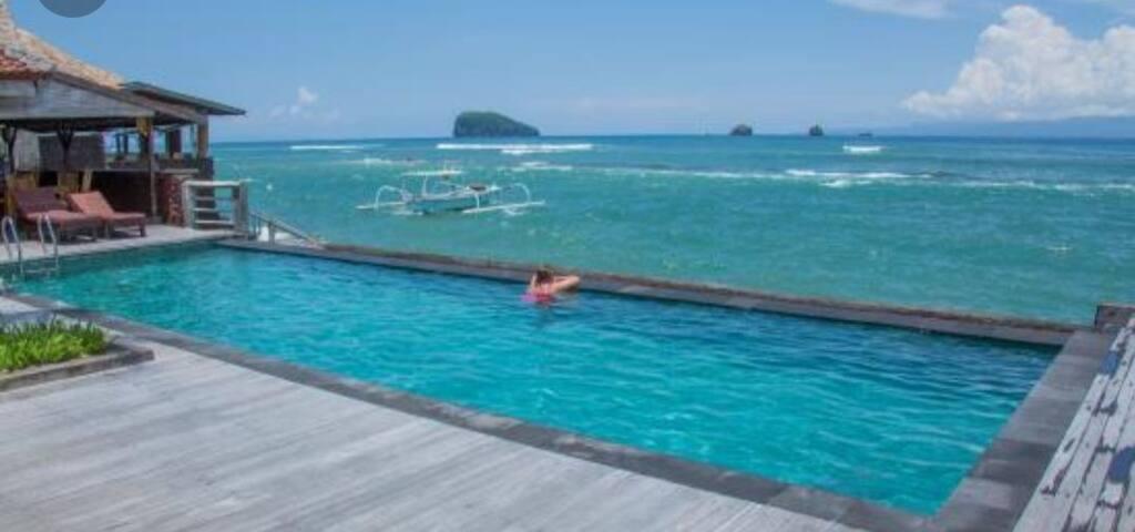 Penginapan bergaya Bali di depan laut(803)