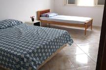 Cama de casal e solteiro - quarto 1