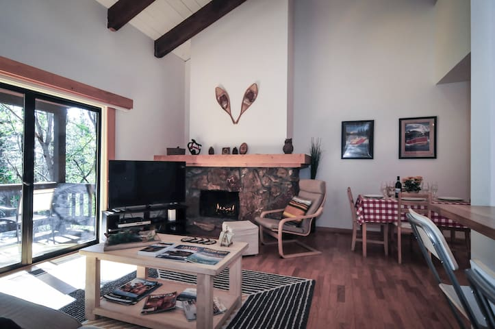 Sleek and Cozy 2BR+loft cabin in Tahoe City