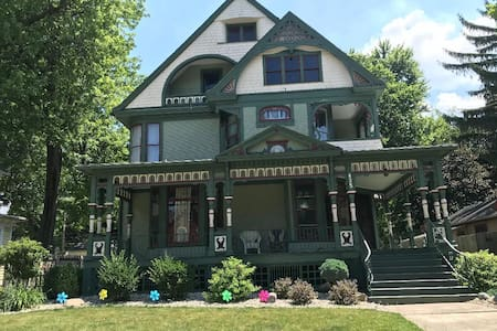 Queen Victorian Home, walking distance to downtown