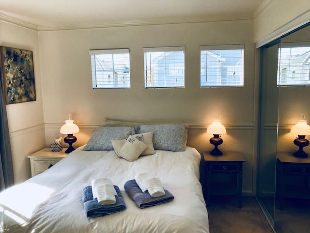Charm Downtown Benicia- Private Suite/Long-term
