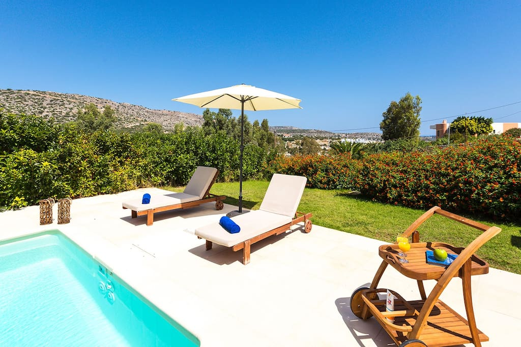 Surrounded by trees and flowers only 150 meters from Loutraki beach