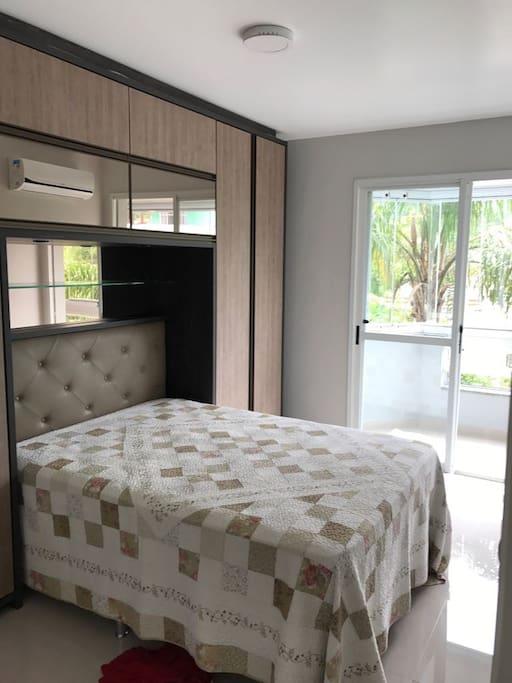Quarto casal climatizado, com cama Box!  Com porta janela, com acesso à sacada!