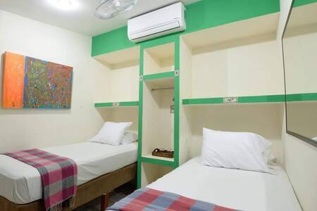HABITACIÓN DOBLE Nuestras habitaciones cuentan con baño privado, ducha caliente, amenidades, internet y rigurosa limpieza.