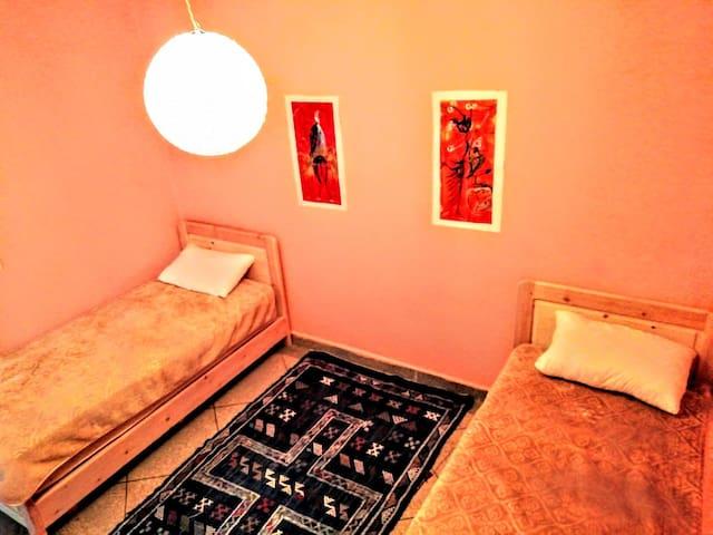 Chambre confortable 2 lits simple +bureau