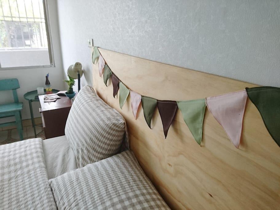 140cm寬MUJI雙人床及有機棉寢織,睡得安心。