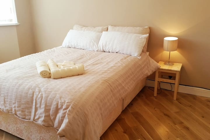 Bright Double room, guests bathroom &  WiFi