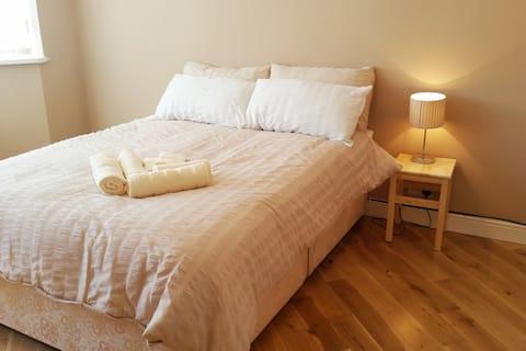 Bright Double room, guests bathroom &  WiFi