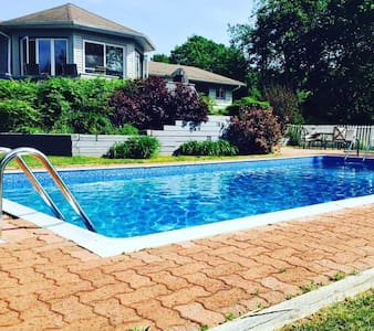 Privacy, 5-bedroom, pool, hot-tub, backyard ravine