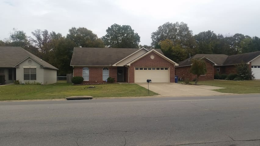 Private Bed & Bath just off I-40! - Conway - Huis