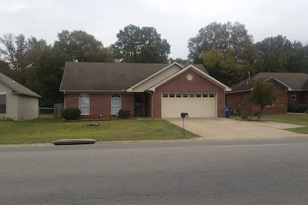 Private Bed & Bath just off I-40! - Conway