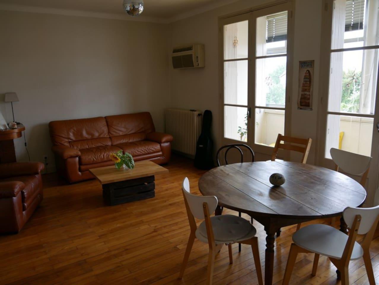 Salle de séjour et table 6 places (1 chaise enfant disponible)