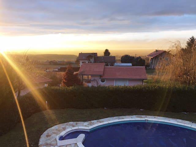 Villa avec piscine et vue Lac - Loisin - Rumah