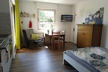 Raum 1: Doppelbett 140 x 200, Küchenzeile, Esstisch, TV, Zugang zur Terrasse