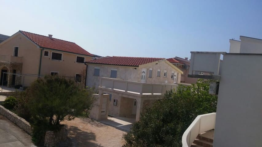 Apartment with three bedrooms in a stone house - Vir - Ev