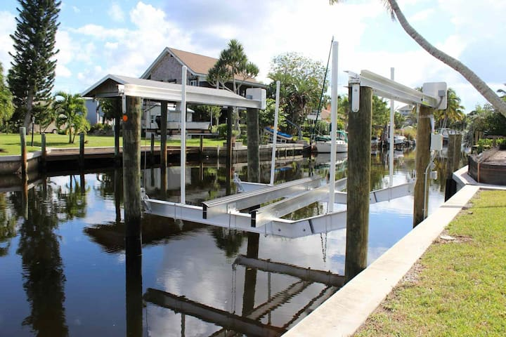 Great Fishing Retreat, Boat Lift on Gulf-Access Canal behind Home, 3 mins to open water, Free Wifi!