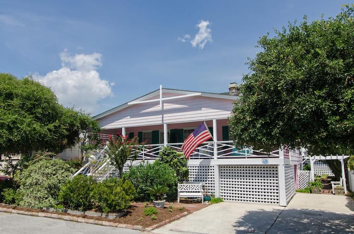 Robertson-Classic single family cottage with just a short stroll to the beach
