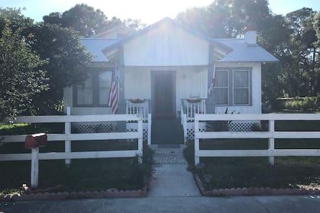 Florida Pioneer Home: King Bed w/ Shared Bathroom