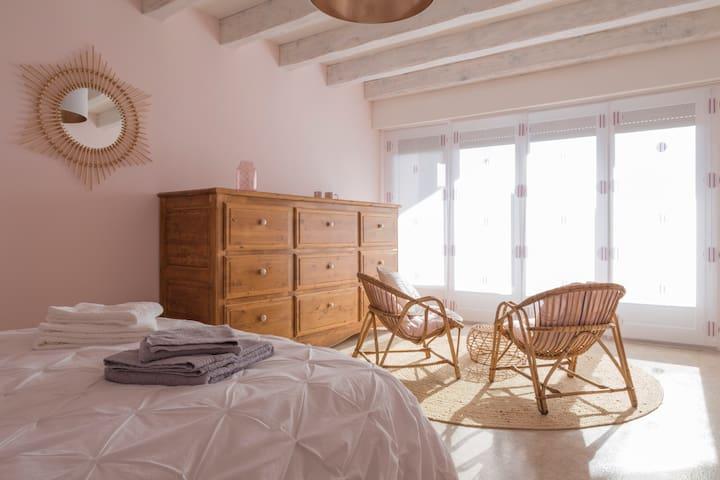 Chambre spacieuse avec balcon