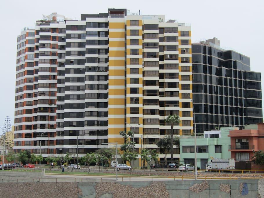 Modern building at the heart of Miraflores. Edificio moderno en el corazón de Miraflores.