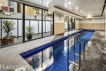 CBD 1br luxury HUGE LOFT free pool gym internet - Melbourne